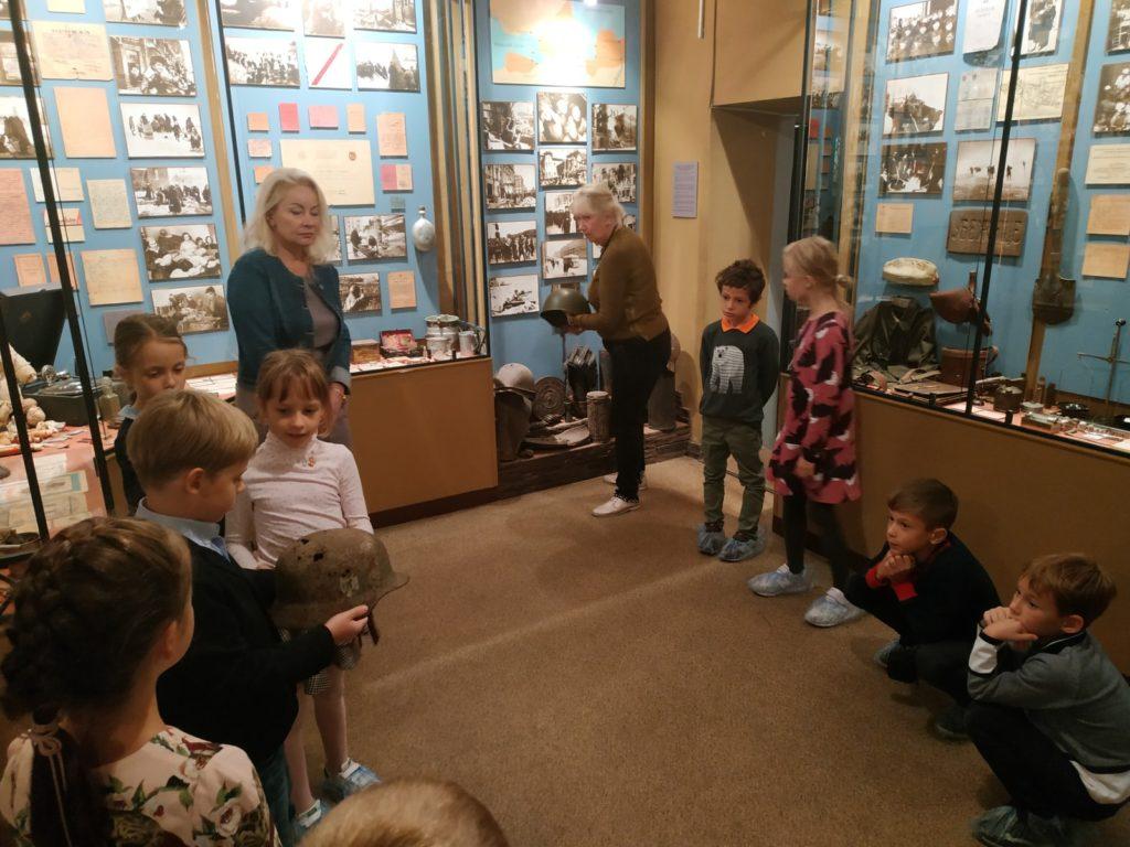 11 сентября ребята из младшей школы МШГУ отправились на экскурсию в Музей юных участников обороны Ленинграда. Ученикам рассказали о быте школьников в дни блокады, им показали множество фотографий тех дней.